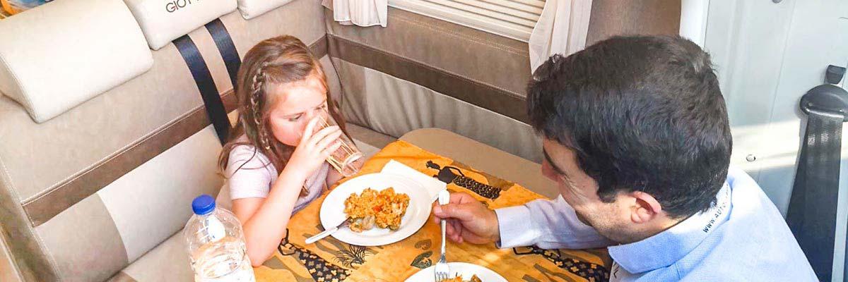 autocaravana durante la desescalada comiendo